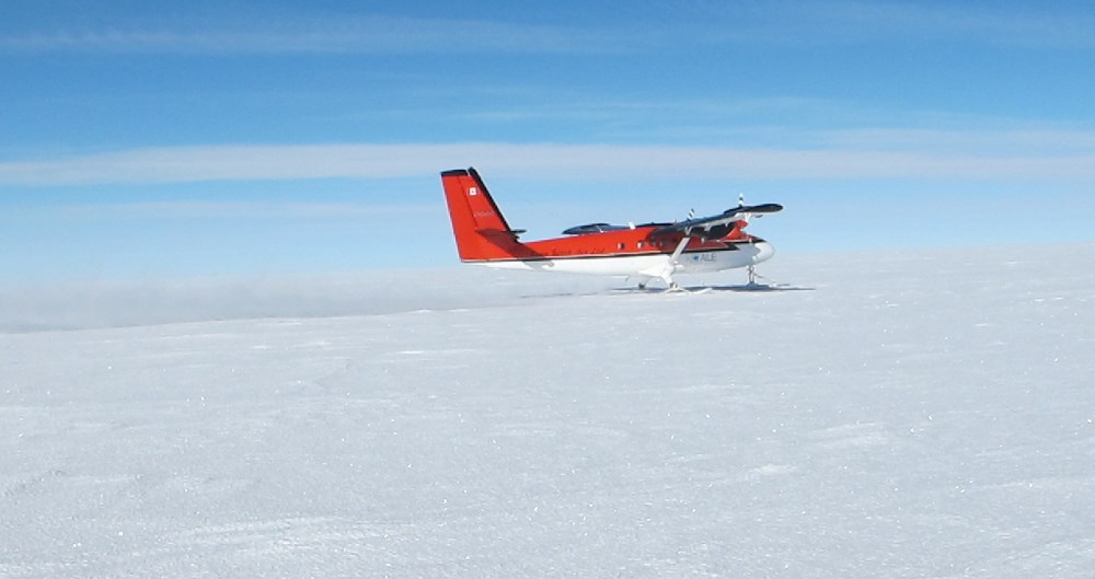 Twin Otter leaves Antarctic Plateau